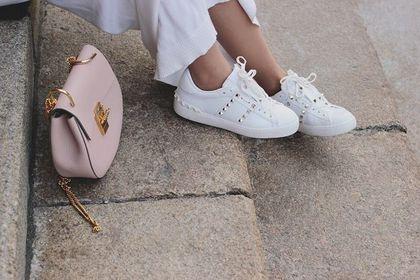 Modne sneakersy na lato 2021 - te kolory i fasony królują w street stylu