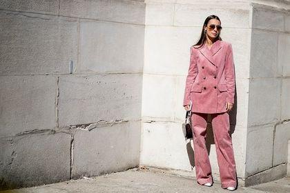 Różowe ubrania są niezwykle kobiece i stylowe. Te modele podkreślą twoją urodę!