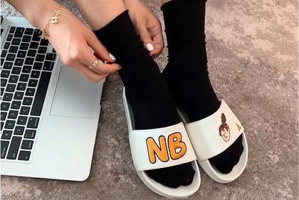 Letnia wyprzedaż New Balance: nie tylko sneakersy są godne uwagi! Wybrałyśmy klapki i sandały, które zapragniesz mieć
