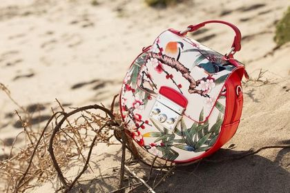 Te torebki w kwiaty zachwycają kolorystyką i wykonaniem. TOP 18 modeli z wyprzedaży