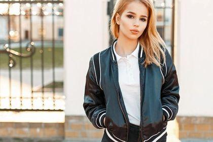 Top 24 damskie kurtki na wiosnę 2021. Wolisz dłuższą parkę czy krótką bomberkę w sportowym stylu? Piękne modele!