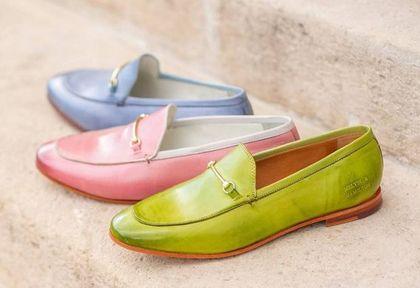 Ta marka to niekwestionowany pionier w szyciu skórzanych butów. Mamy top 18 modeli mokasynów, które założysz latem