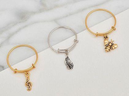Te pierścionki zazwyczaj kosztują fortunę, ale nie na tej wyprzedaży. Złoty z zawieszką w kształcie pszczoły kosztuje teraz 33 złote!