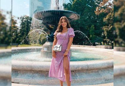 Ola Nowak w sukience z najmodniejszym dekoltem sezonu. To model z wyprzedaży za mniej niż 100 zł!