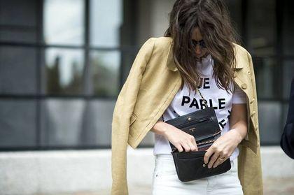 Koszulka oversize - z czym ją nosić wiosną i latem? Modne stylizacje na co dzień