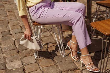 Te eleganckie spodnie damskie są hitem sezonu wiosna-lato 2021! Podkreślają sylwetkę i pasują do każdej stylizacji