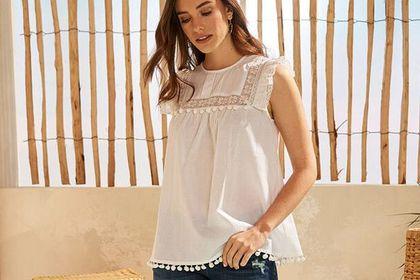 Bonprix wyprzedaje bluzki na lato! Ta biała z falbanką przy ramionach i ażurowymi wstawkami to nasz typ!