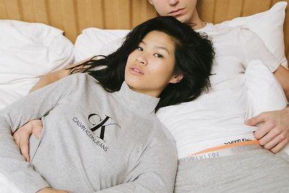 W tym sezonie swetry Calvin Klein królują na ulicach! Te nowości możesz kupić taniej