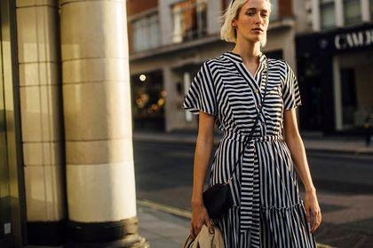 Letnia sukienka o tym fasonie jest elegancka i wyszczupla. Top 24 modele w świetnych cenach!