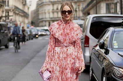 Te długie sukienki w kwiaty są zmysłowe i bardzo kobiece! Model z falbanką będzie idealny dla romantyczki