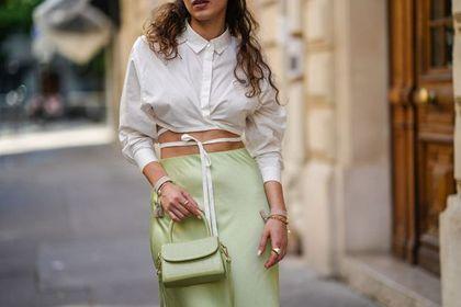 Bluzki do jeansów, które pokochał Instagram! Te z wiązaniem podkreślą twoją talię