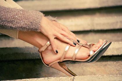 Modne buty na wiosnę 2020? Sandały na obcasie to gorący trend. Podpowiadamy, do czego pasują