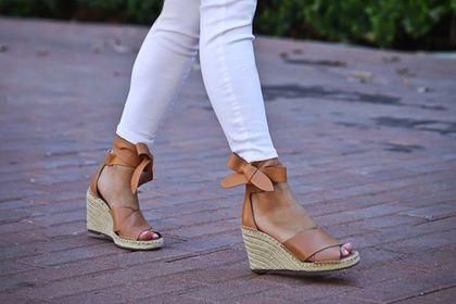 Polki kochają wygodne sandały na koturnie. TOP 21 markowych modeli, które kupisz z ogromnym rabatem. Opłaca się!