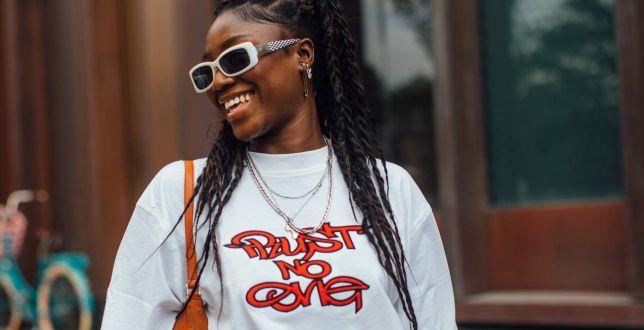 Te tanie T-shirty z nadrukiem znalazłyśmy w polskiej sieciówce! Stylowe grafiki są absolutnie zachwycające