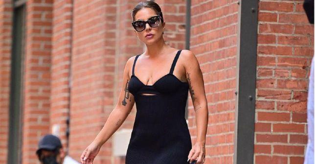 """Get the look: Lady Gaga w sukience od polskiej projektantki! Piosenkarka zrobiła furorę w tej """"małej czarnej"""". Znamy cenę!"""