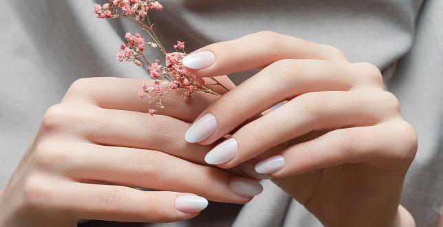 Beauty alert: eleganckie paznokcie do pracy. Trwały manicure zrobisz sama w domu - sprawdź, jakich lakierów użyć