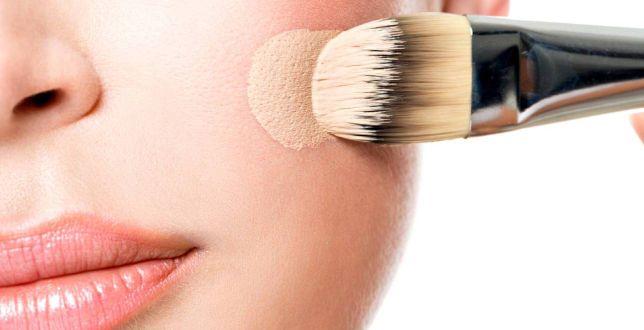 Top 3 najlepsze podkłady kryjące do skóry dojrzałej. Mamy cenowe hity, które pięknie wyrównują koloryt