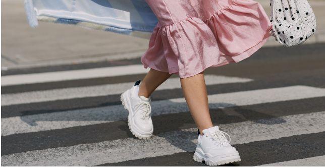 Street style: te buty królują w ulicznych stylizacjach od lat. Uzupełnią codzienną, jak i elegancką stylizację!