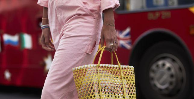 Jakie spodnie na lato wybrać? Oto TOP 3 fasony, które królują wśród blogerek i infulencerek na fashion weekach