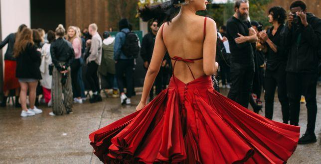 Sukienka na wesele nie musi być droga. Znalazłyśmy modele, które kupisz za mniej niż 100 złotych