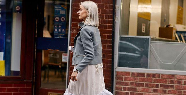 Te kurtki dla kobiet po 50-tce będą bardzo modne wiosną 2021! Modele, które zaskakują stylem