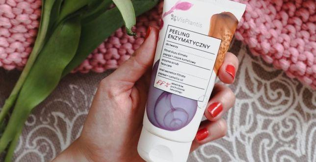 Beauty alert: Peeling enzymatyczny to niedoceniany kosmetyk, który robi furorę w świecie beauty. Efekt jak po zabiegu złuszczającym w salonie!