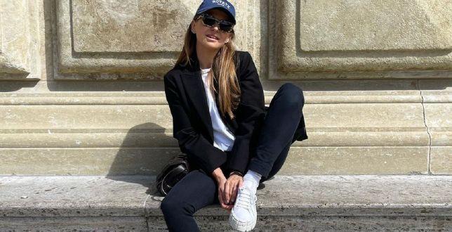 Get the look: Anna Lewandowska w streetwearowej stylizacji podbija serca fanek! Wiemy, gdzie kupić podobne sneakersy