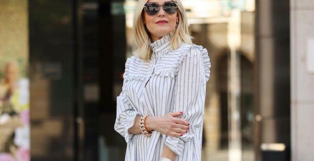Street style: Te sukienki w paski kojarzą się z latem i wakacyjną beztroską. Zastanawiasz się, jak je nosić? Podpowiadamy!