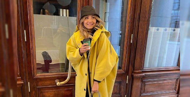 Get the look: Małgorzata Socha w żółtym prochowcu w sam raz na deszczowy dzień! To model marki znanej na całym świecie!