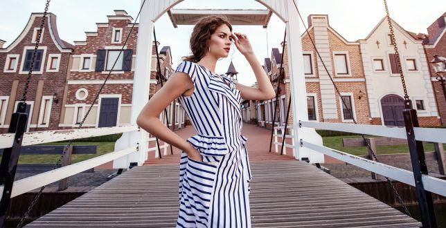 Te sukienki w paski kojarzą się z latem i wakacyjną beztroską. Zastanawiasz się, jak je nosić? Podpowiadamy!