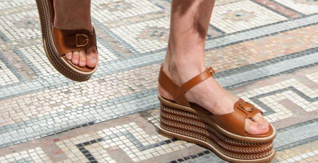 Trendy: Te sandały królowały na wybiegach. My znalazłyśmy bardzo podobne modele za 99.99 zł!