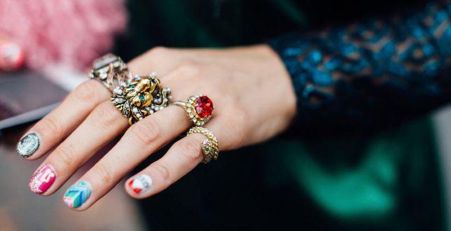 Hot trends: biżuteria z kolorowymi kamieniami rządzi w tym sezonie. Te pierścionki są mocno przecenione!