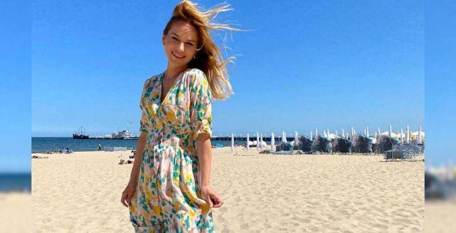 Get the look: Paulina Sykut-Jeżyna w kolorowej sukience z Reserved. Patrzymy też na sneakersy ulubionej marki księżnej Kate