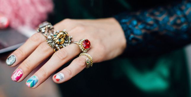 Finale sale: te pierścionki z kamieniami są efektowne, a mają ceny jak biżuteria z sieciówki. Rabat do 75%!
