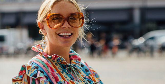 Tipy stylistek: te bluzki z falbankami zamaskują co trzeba. Zobacz, jak je nosić!
