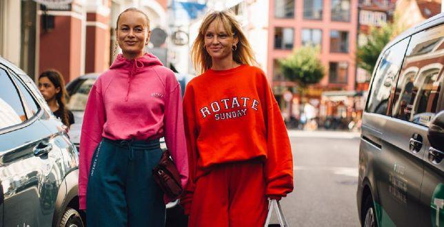 Street style: ten element garderoby bije rekordy popularności. Łączy wygodę i funkcjonalność! Ceny już od 36 złotych