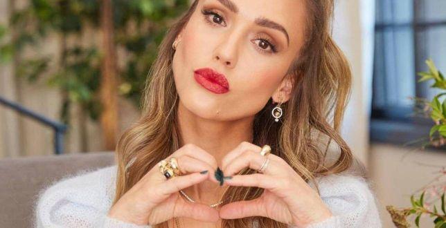 Get the look: Jessica Alba robi furorę na TikToku w sweterku polskiej marki! Kolejna gwiazda, która wybrała tę firmę