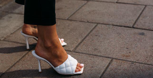 Street style: białe obuwie damskie króluje na ulicach! Sprawdź modele, które są hitem tego sezonu