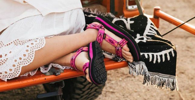 Są wytrzymałe, lekkie i idealnie sprawdzą się latem. Sandały marki Teva to najwygodniejsze buty sezonu!