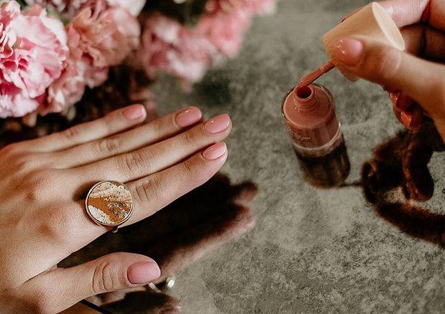 Beauty alert: eleganckie paznokcie. Trwały manicure zrobisz sama w domu - sprawdź, jakich lakierow użyć!