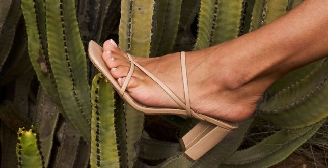 Trend alert: beżowe buty nigdy nie wyjdą z mody. Mamy stylowe klapki i sandały w okazyjnych cenach