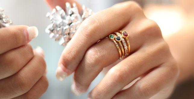 Final sale: luksusową biżuterię kupisz teraz ze sporym rabatem. Pierścionki z kolorowymi kamieniami zachwycają!