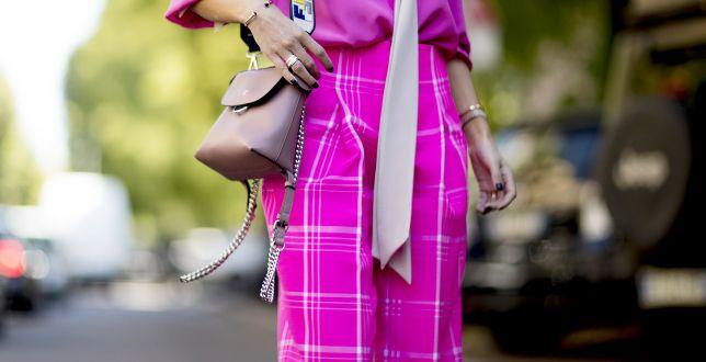 Eleganckie spodnie dla dojrzałych kobiet. Te fasony królują w nowym sezonie. Sprawdzamy, gdzie kupić