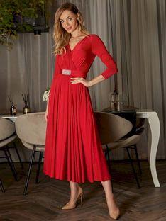 Elegancka czerwona sukienka z ozdobną klamrą L`AF CINTY