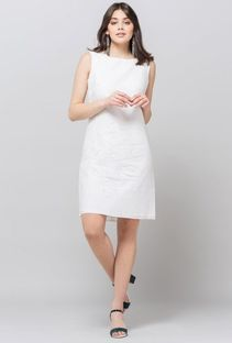 Sukienka z tłoczonym kwiatowym wzorem