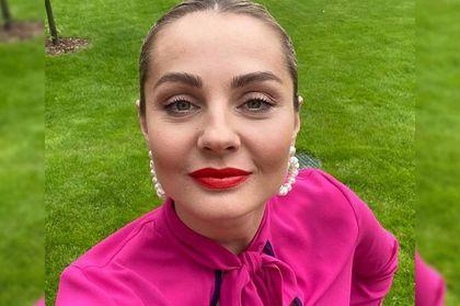 Małgorzata Socha w czerwonej sukience z kolekcji Monnari. To model, na którego punkcie oszalały jej fanki