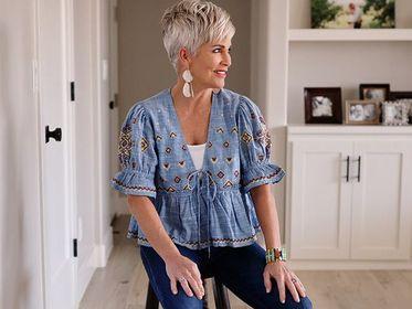 Ubrania w tym stylu są idealne dla kobiet po 50-tce. Odmłodzą i ożywią jesienne stylizacje!
