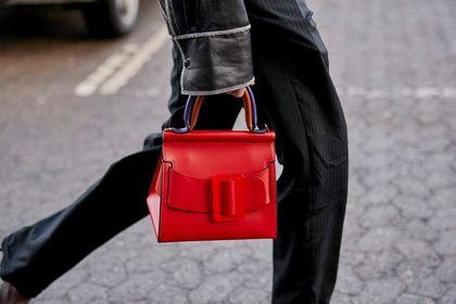 Modne torebki na jesień 2020 z sieciówek. Ten czerwony kuferek wygląda jak z wybiegu i kosztuje mniej niż 100 zł!