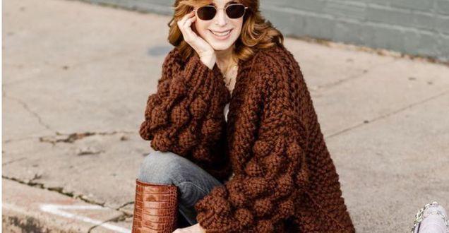 Tipy stylistek: Swetry oversize dla dojrzałych kobiet. Te modele zamaskują brzuch i boczki. Efekt wow!